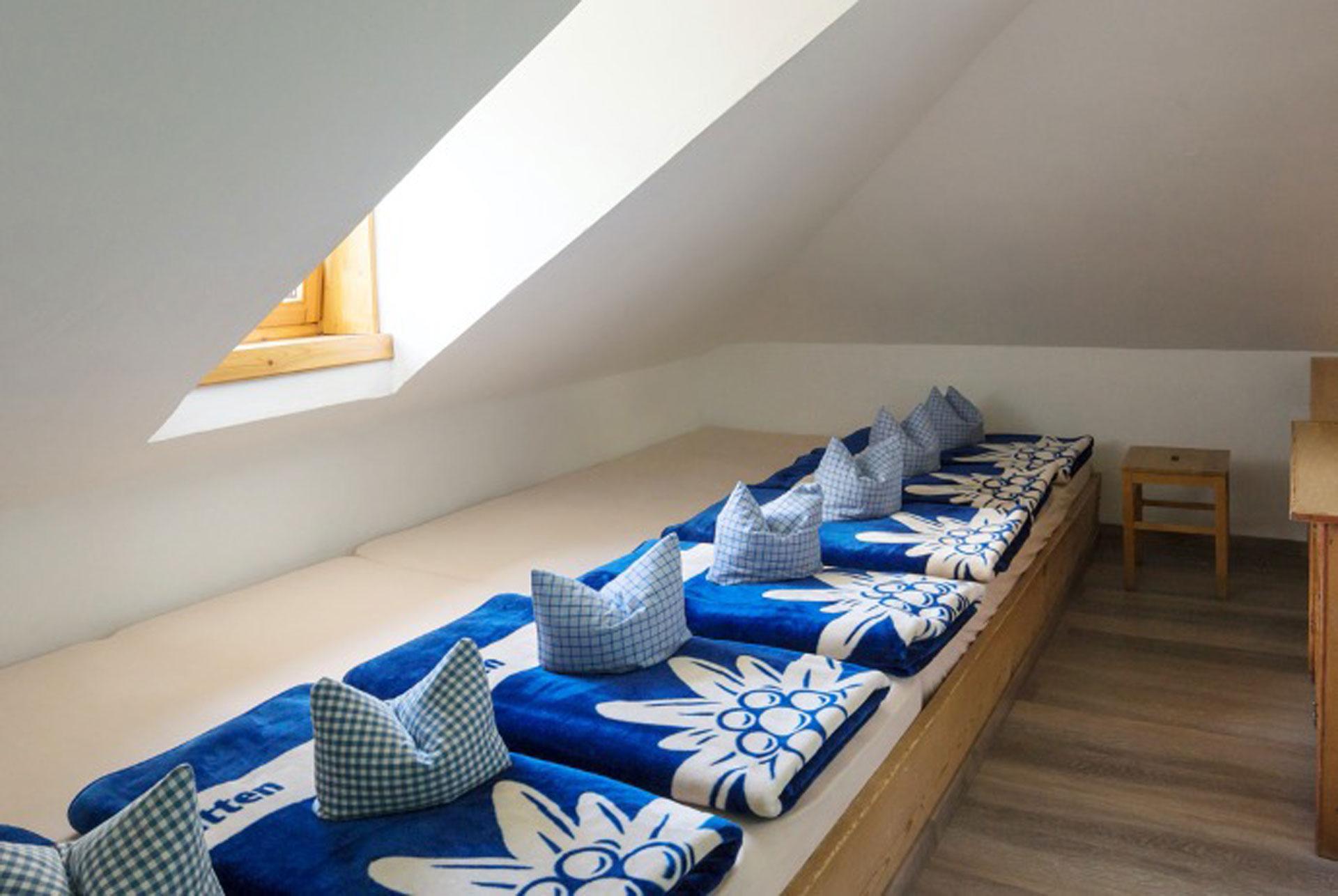 Gemütliche Matratzenlager in der Hütte