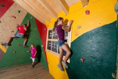 Für Kinder gibt es einen Indoor-Kletterraum